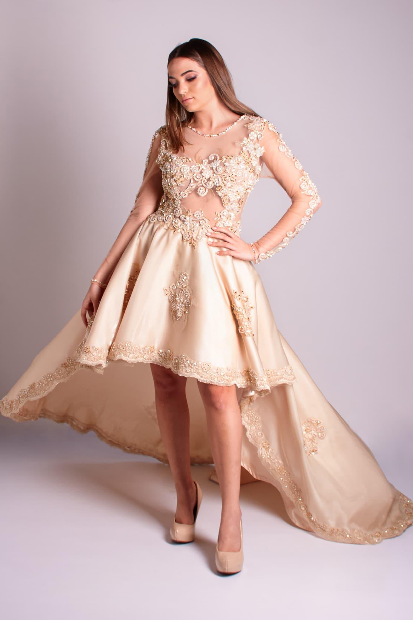14 - Vestido de renda dourada com manga longa e saia mullet