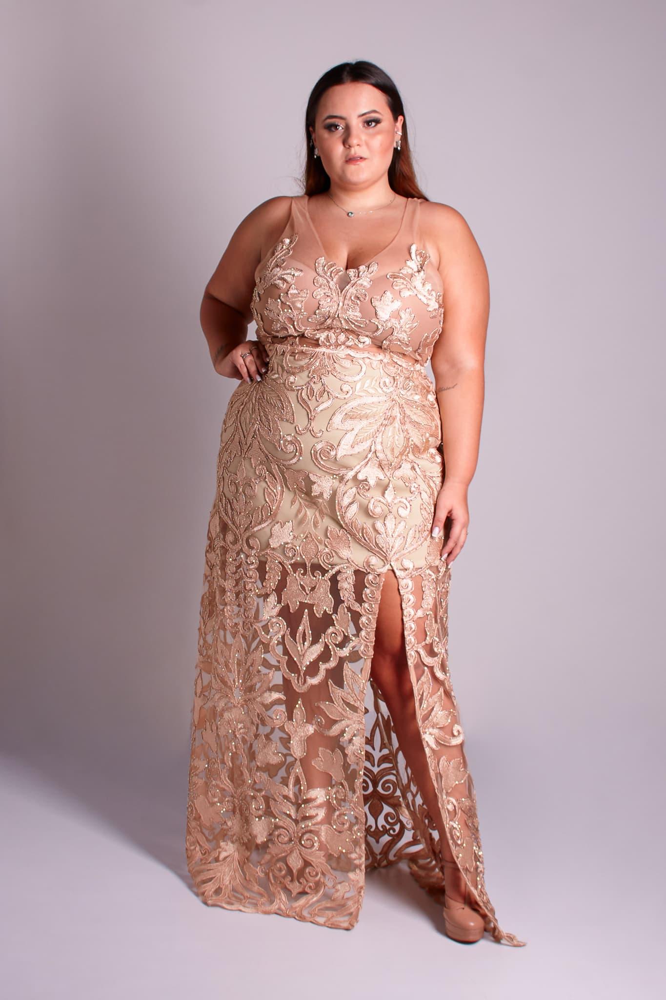 47 - vestido de renda dourada com fenda e cristais
