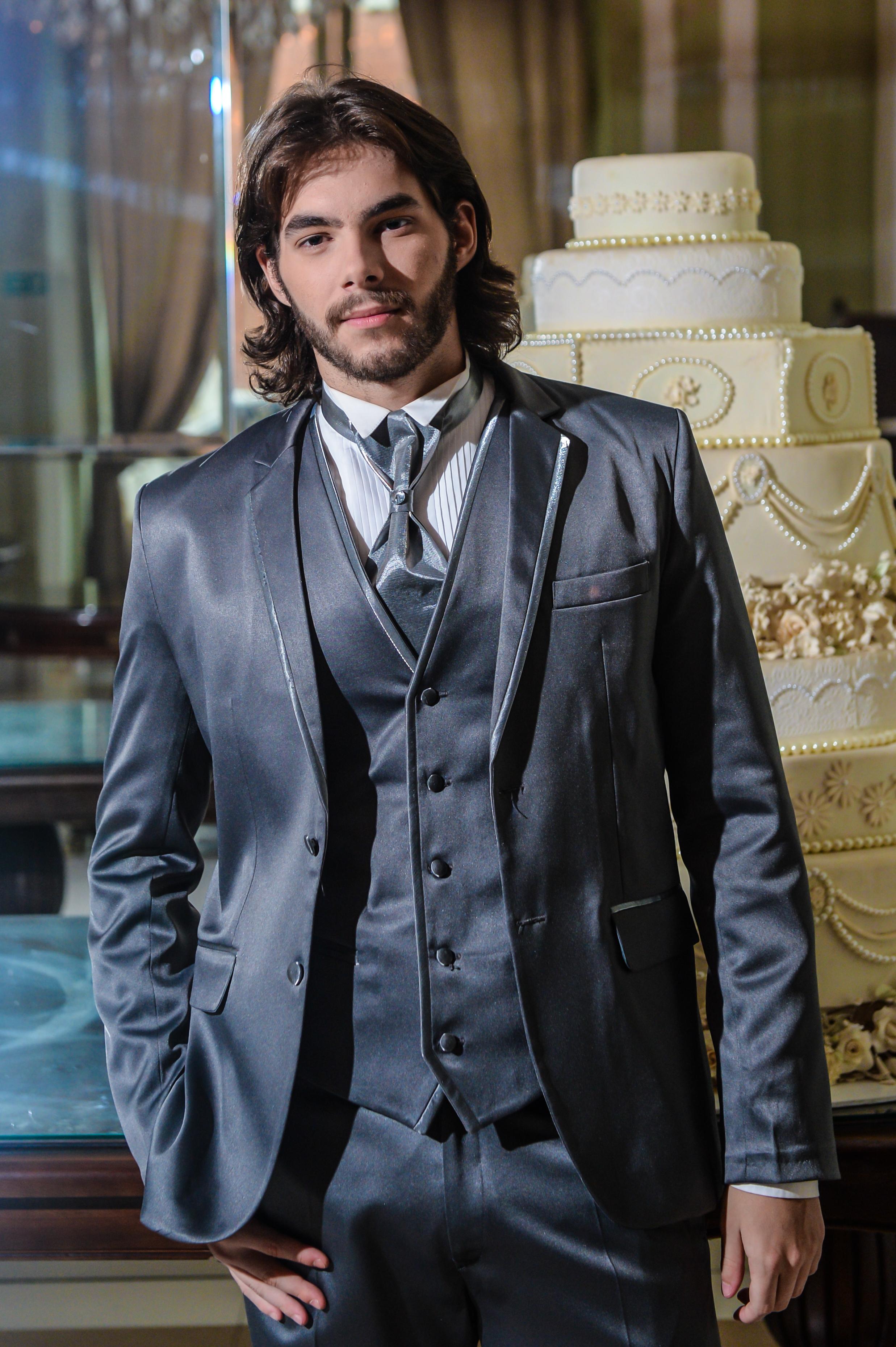 49 - Terno cinza acetinado com colete e gravata noivo