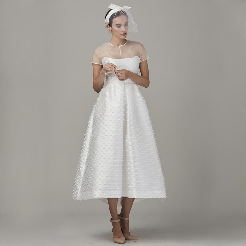 Mulher com vestido com capa
