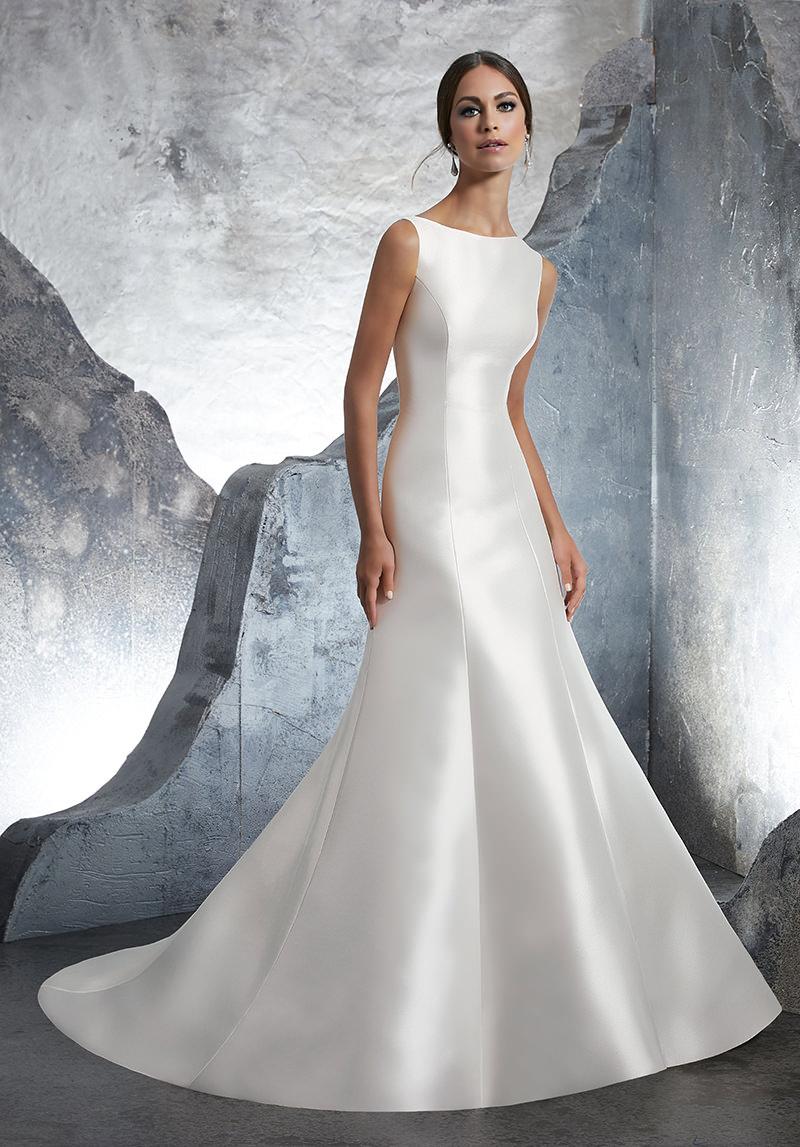 Mulher com vestido inspirado em princesas
