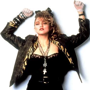 Conhecida como a rainha do pop, seus looks sempre fizeram grande sucesso em qualquer época
