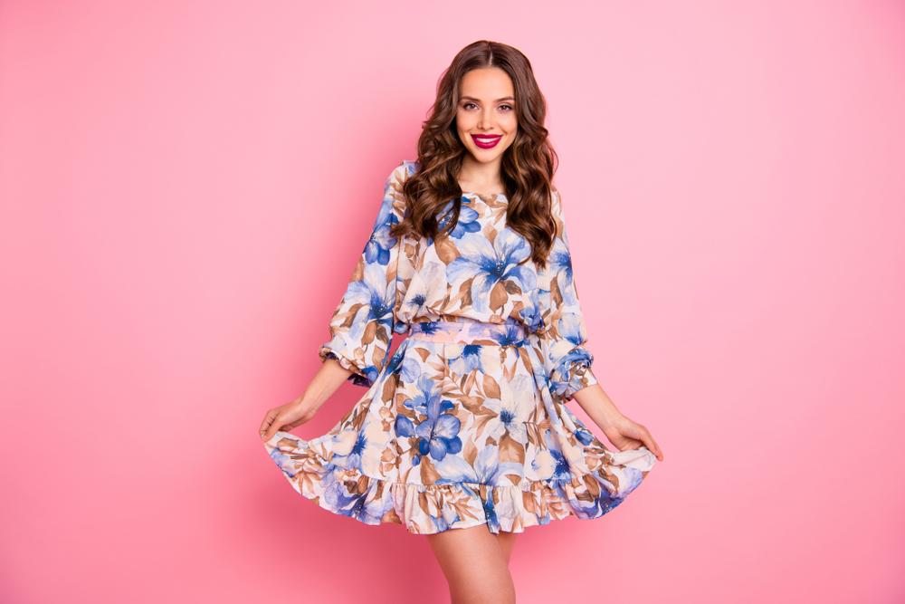 Pessoa com vestido florido, fazendo pose
