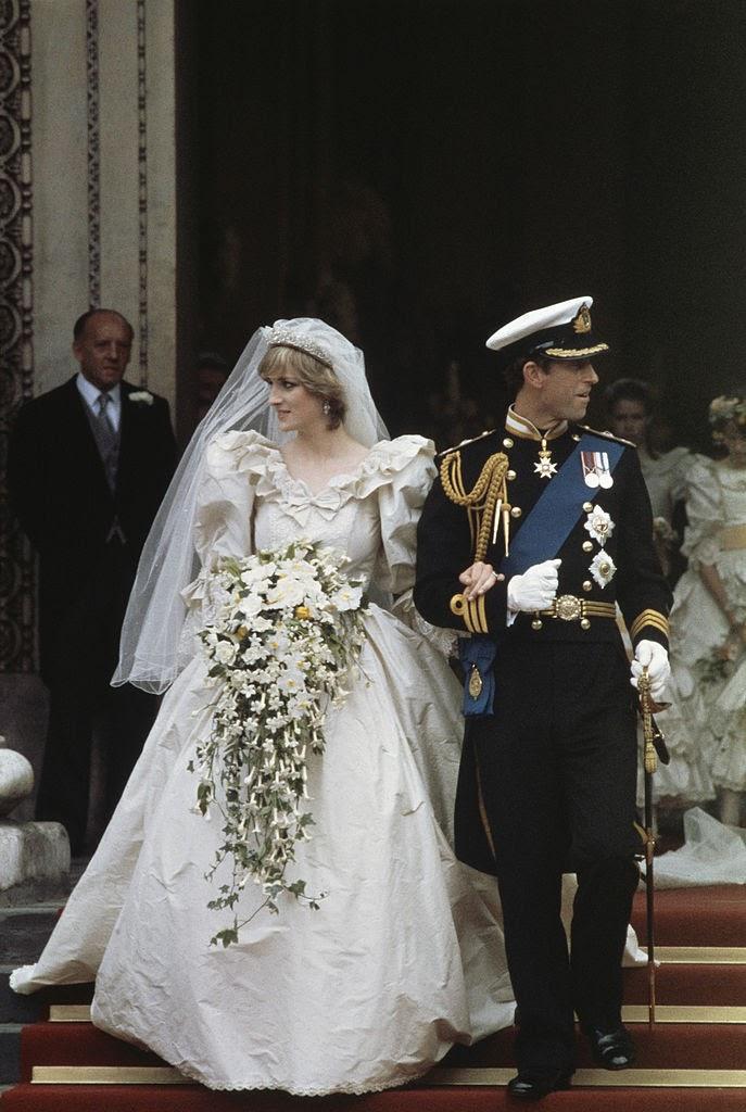 Casal com roupas de famílias reais