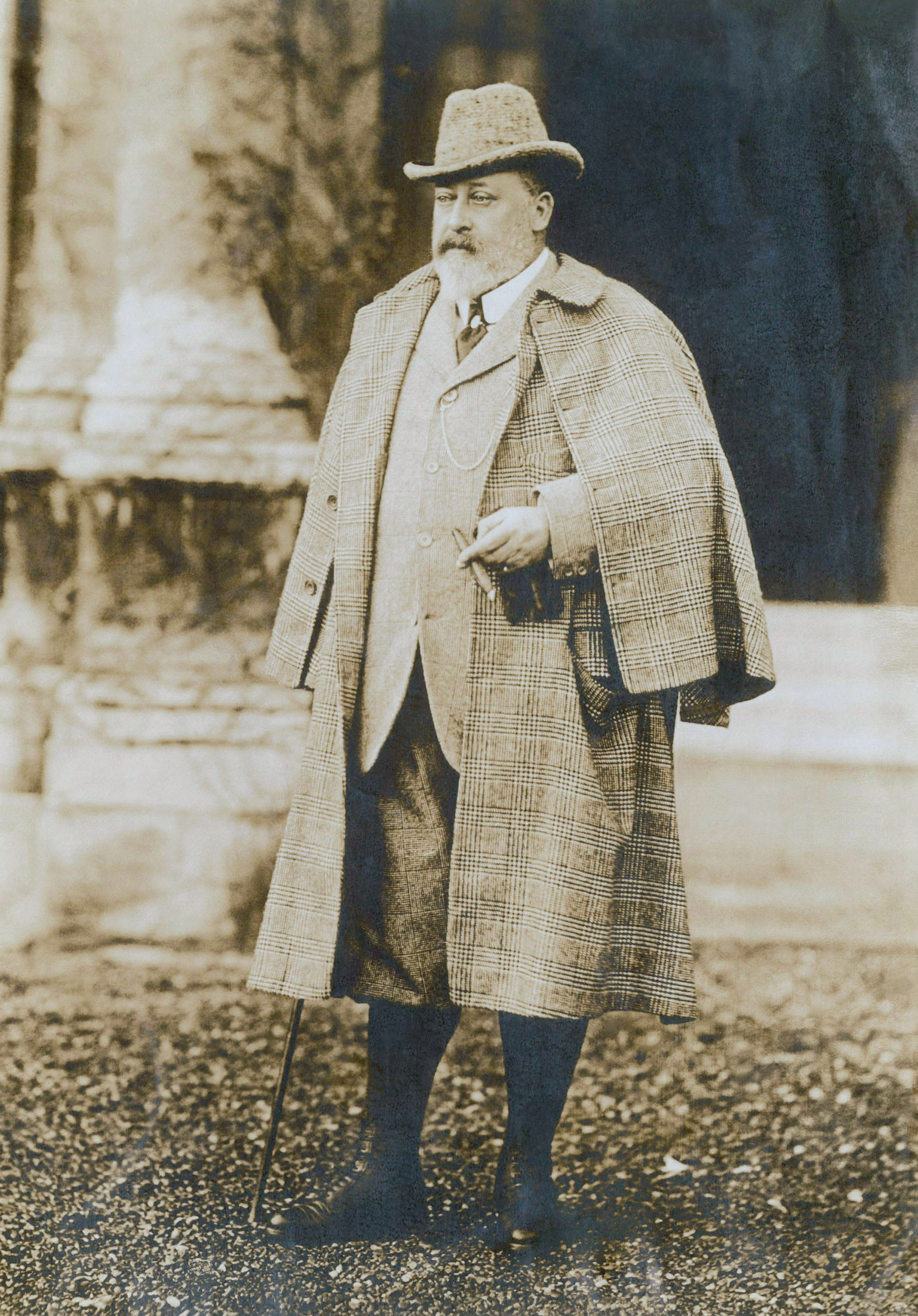 Edward VII, príncipe de Galles em pé com uma capa e colete social