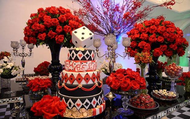 Mesa com bolo e vasos de flores